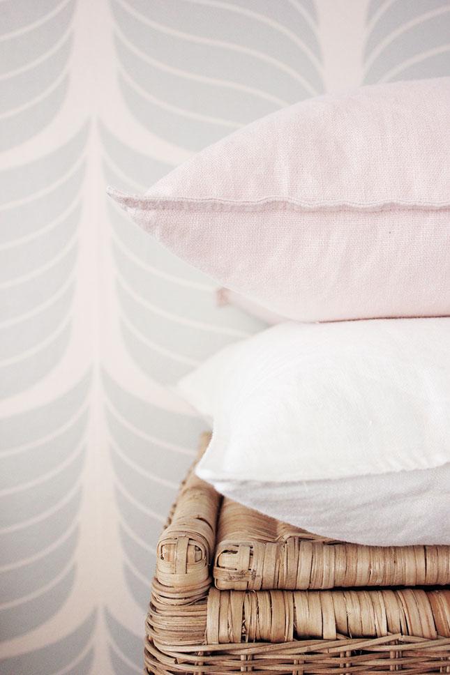 Unser Flur in Patellfarben: Kissen in rosa und weiß