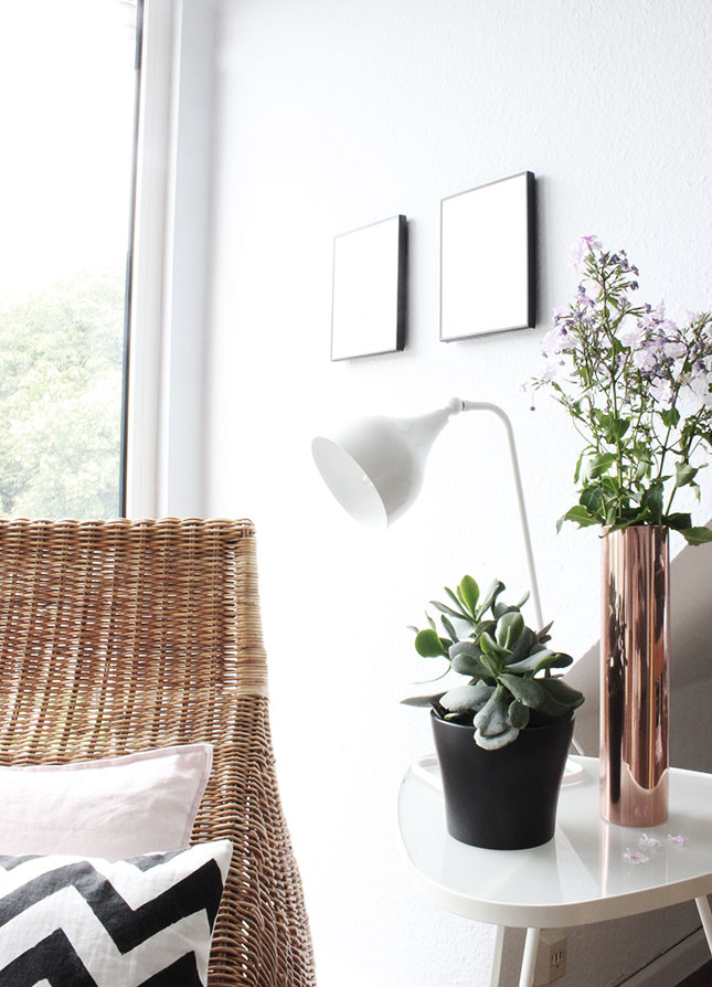 Unsere Leseecke im Wohnzimmer mit neuer Kupfervase und Phlox-Blumen
