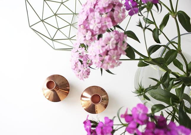 Essplatz-Deko mit Kupfer-Kerzenhaltern und pinken Blumen