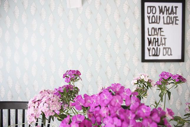 Essplatz-Deko mit pinken Blumen