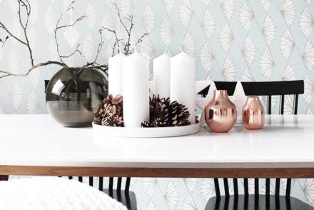Tischdeko mit Adventskranz, ein bisschen Kupfer und vielen Naturmaterialien.
