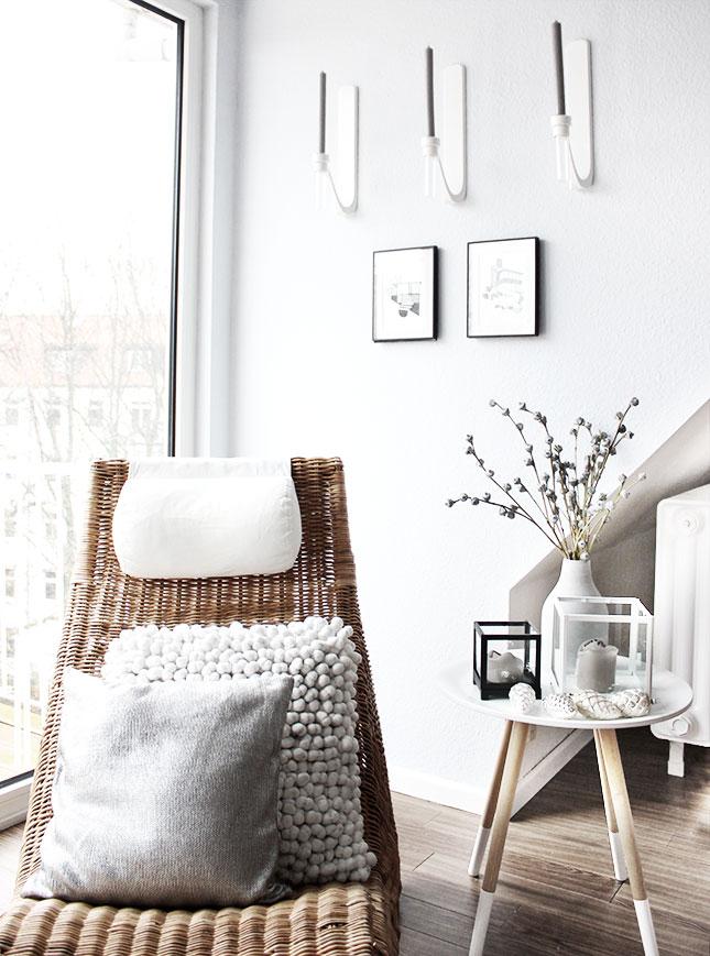 Leseecke im Wohnzimmer mit Eukalyptus-Zweigen