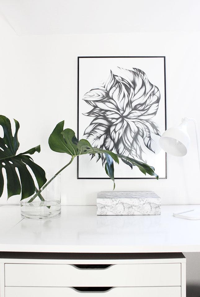 Monstera-Blätter und Sophie Börsting-Bild im Arbeitszimmer.