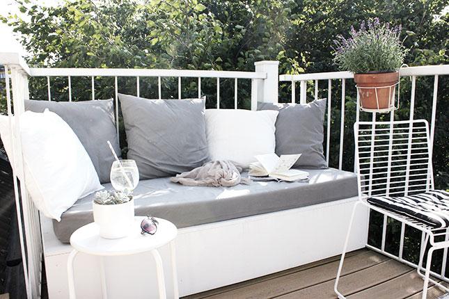 Unser Balkon dieses Jahr mit DIY-Sitzpodest.