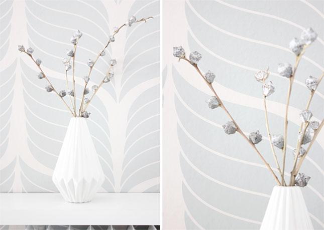 Kleine weiße Vase mit Eukalyptus.