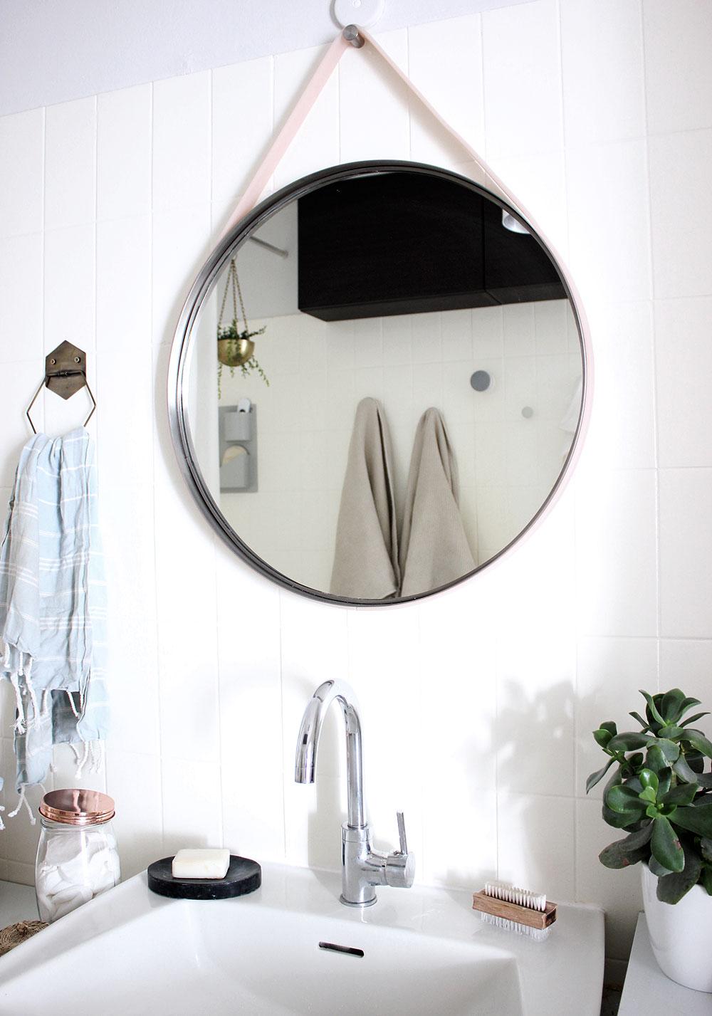 DIY-Spiegel aus Ikea Grundtal Spiegel und Silikonband von HAYs Strap Mirror.