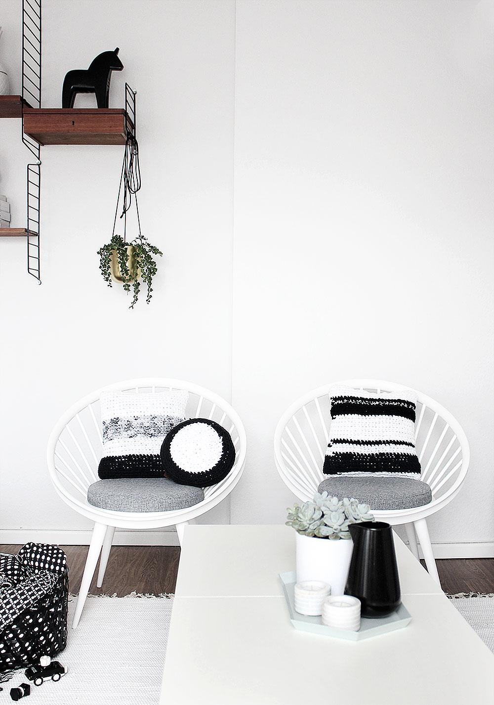 Yngve Ekström Vintage Stühle mit schwerz-weißen Kissen von Lumikello