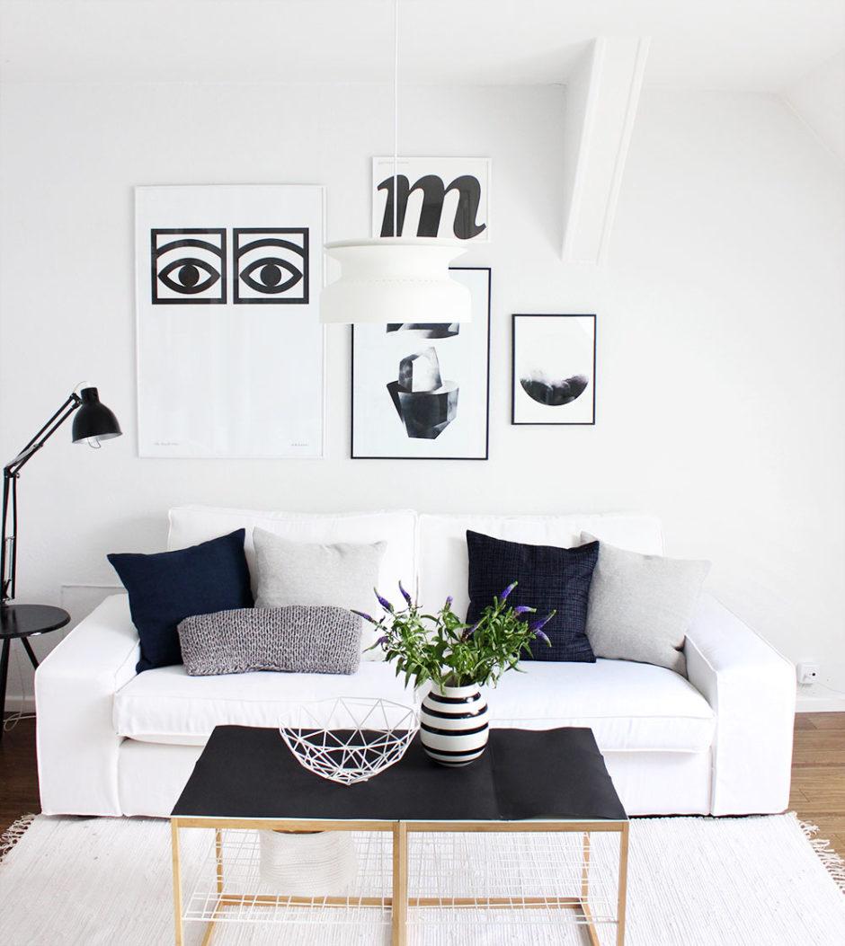 Wohnzimmer monochrom mit Kivik-Sofa und Bemz-Bezug