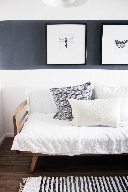 Unser Knoll-Gästebett mal mit weißem Überwurf.