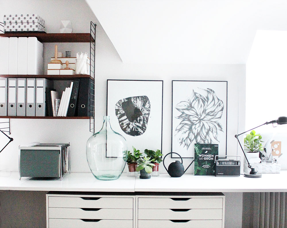 Schreibtisch mit Glasballon, Pflanzen und String Regal