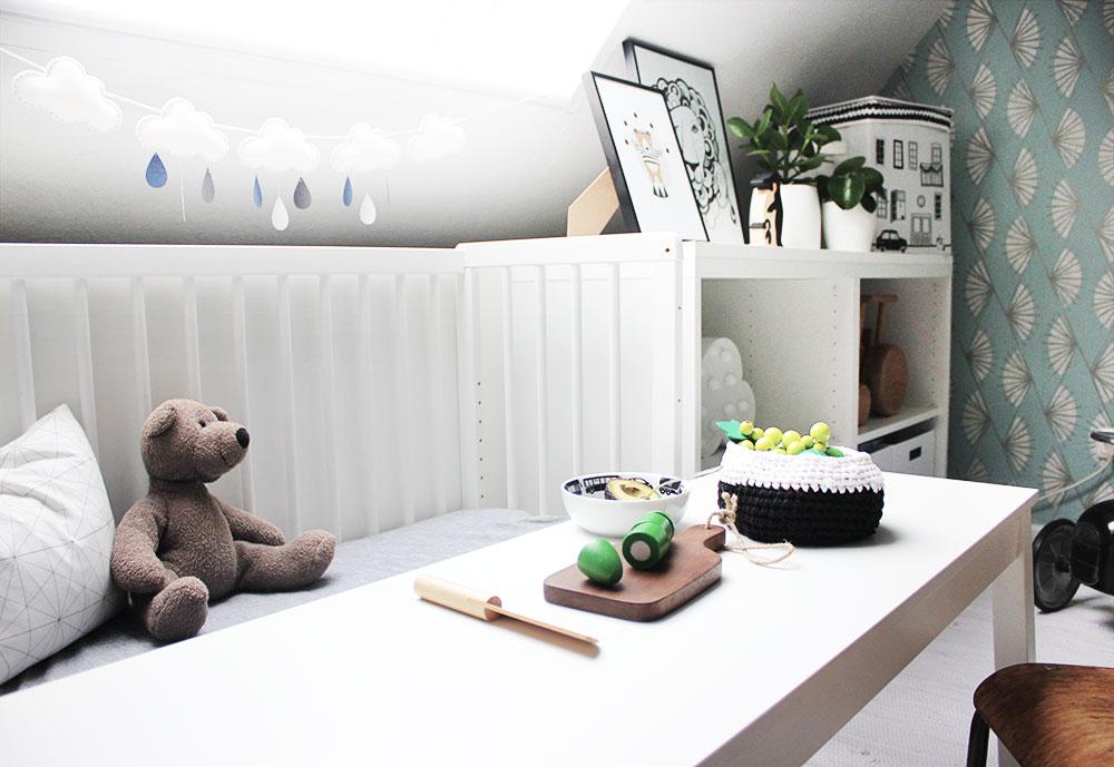 Die Spiel- und Sitzecke für unseren kleinen Sohn im Wohnzimmer mit Ikea Besta Schrank.