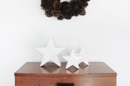 Winter-Weihnachtsdeko mit natürlichen Materialien: ein Kranz aus Zapfen