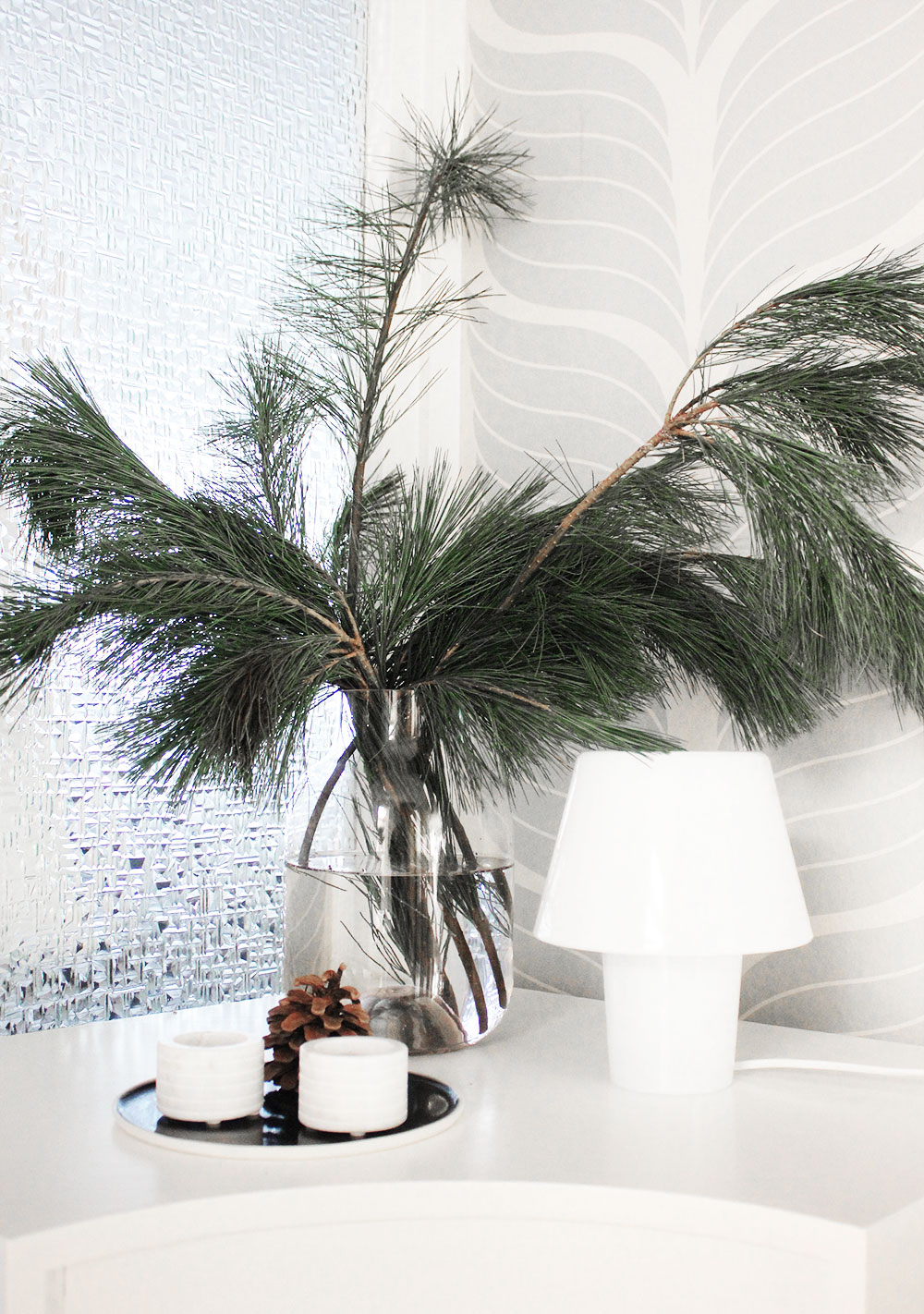 Winter-Weihnachtsdeko mit natürlichen Materialien: Kiefernzweig
