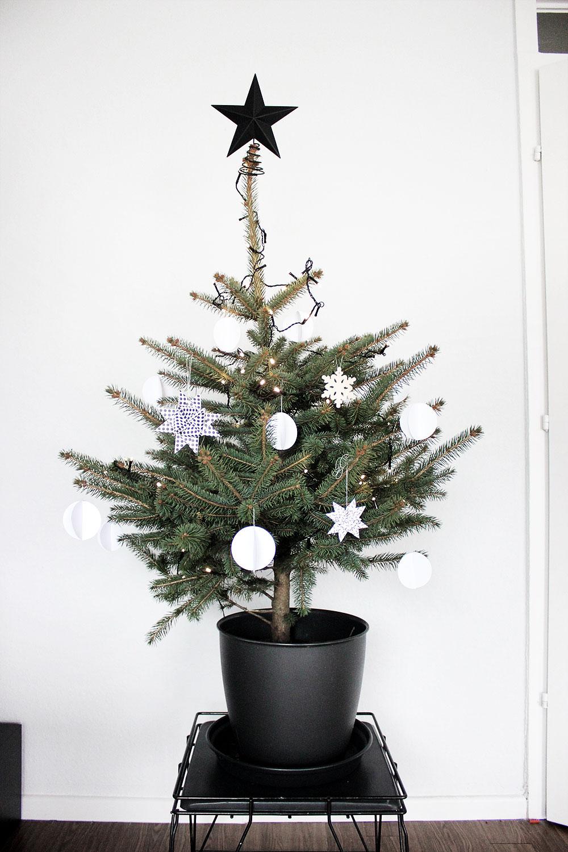 Unser Weihnachtsbaum, schlicht in schwarz-weiß