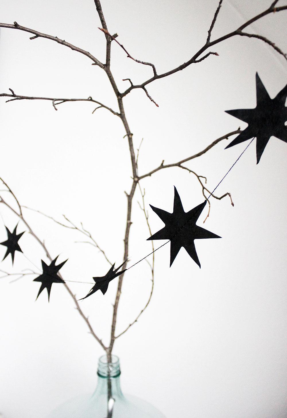 Weihnachtsddeko mit schwarzer Sternengirlande