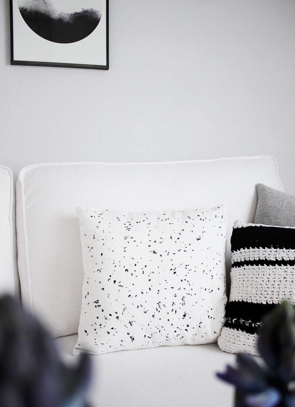 DIY: Sprenkel-Kissen mit Wachsmalkreiden